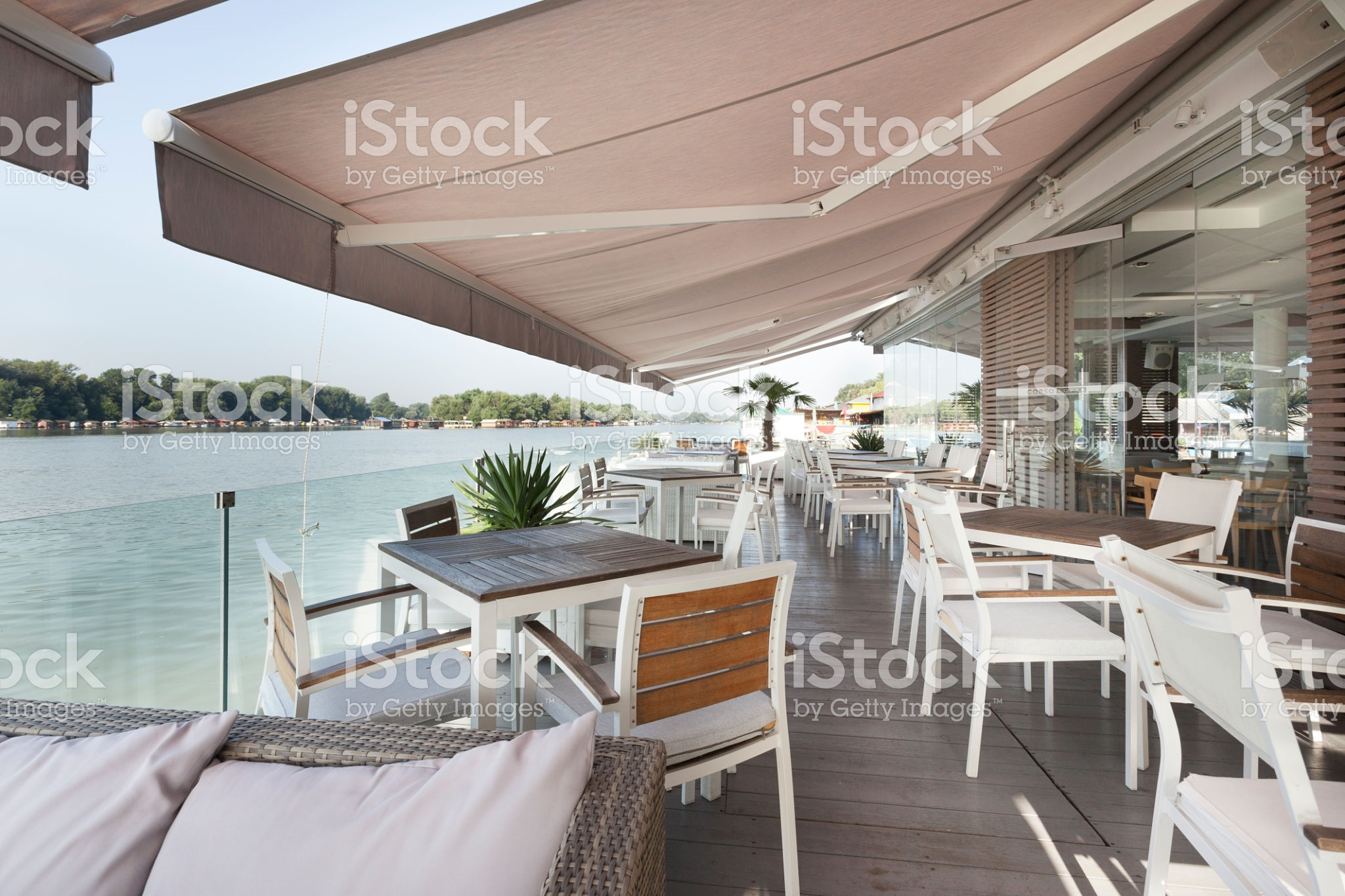 Comm. Retractable Awnings